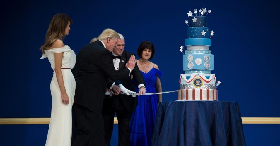 20.jan.2017 - Primeira-dama Melania Trum e e Karen Pence assistem a Donald Trump e seu vice, Mike Pence, cortarem um bolo durante o Baile das Forças Armadas