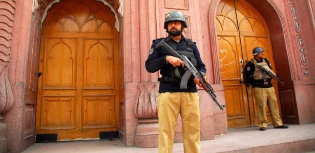Policiais montam guarda diante de mesquita em Peshawar, no noroeste do Paquistão