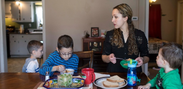 Elizabeth Hernandez, mulher de Juan Carlos Hernandez, e seus filhos em West Frankfort