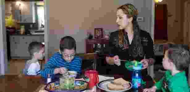 Elizabeth Hernandez, mulher de Juan Carlos Hernandez, e seus filhos em West Frankfort - Whitney Curtis/NYT