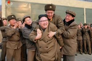 O mistério sobre a identidade do militar autorizado a fazer 'cavalinho' no líder da Coreia do Norte (Foto: KCNA/Uriminzokkiri)