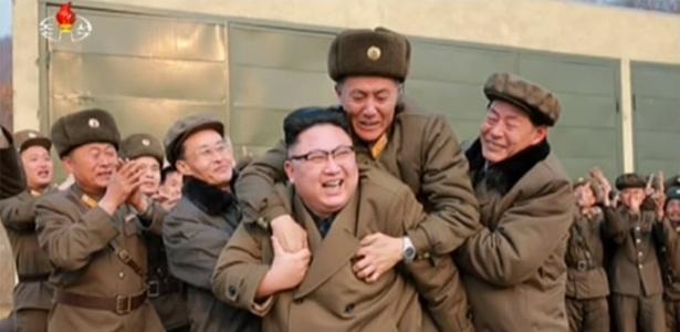 Militar parece tomado pela emoção ao pular nas costas do líder norte-coreano