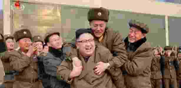 Militar parece tomado pela emoção ao pular nas costas do líder norte-coreano Kim Jong-un, na Coreia do Norte - KCNA/Uriminzokkiri - KCNA/Uriminzokkiri