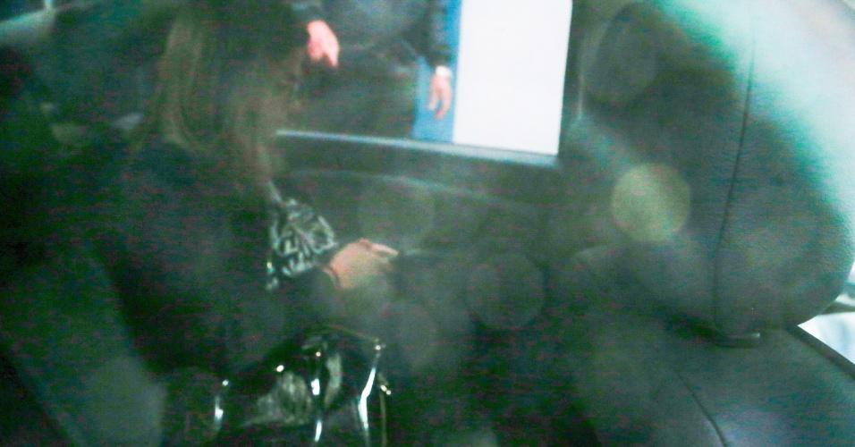 18.mai.2017 - Irmã do senador Aécio Neves a jornalista Andrea Neves foi presa nesta manhã pela Polícia Federal em Belo Horizonte. Na foto, Andrea chega em um carro preto à sede da Polícia Federal na capital mineira. Andrea Neves foi presa nesta manhã em Belo Horizonte (MG) acusada de pedir dinheiro para Joesley Batista em nome do irmão, que recebeu R$ 2 milhões do empresário em entrega filmada e registrada. O dinheiro foi dada a um primo de Aécio