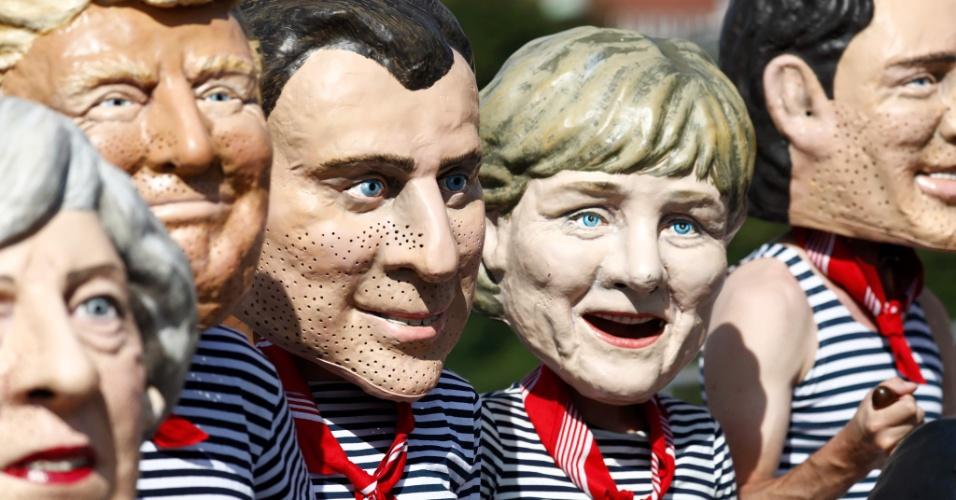 6.jul.2017 - Ativistas anti-capitalismo vestindo máscaras de líderes do G20 protestam contra cúpula em Hamburgo, na Alemanha