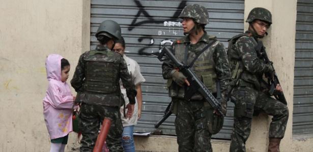 Forças de segurança abordam moradores durante operação em favelas da zona norte do Rio de Janeiro