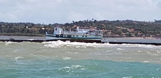 24.ago.2017 - Mar agitado jogou lancha sobre arrecife após acidente na Bahia - Marcos de Paula/Arquivo pessoal