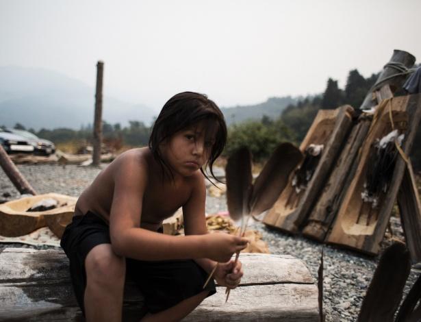 Wautec Thompson, 9, prepara o local da tradicional dança de Yurok no campo de Dave Severns na Yurok Indian Reservation em Klamath, Califórnia