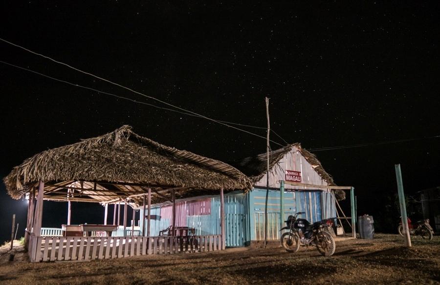 Comércio à beira do rio Iriri, no Porto da Maribel (PA), que é o principal acesso das populações indígenas e ribeirinhas às áreas urbanas desta região no Pará