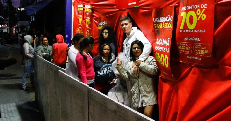 5.jan.2018 - Pessoas passam a madrugada desta sexta-feira (5) na fila em unidade do Magazine Luiza de Osasco, região metropolitana de São Paulo, em busca de descontos na promoção anual da rede