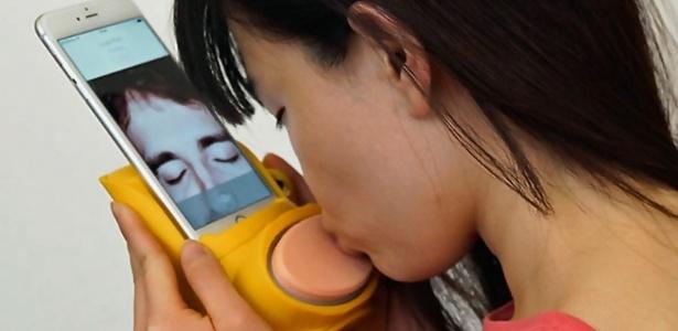 Através de sensores, Kissenger transmite a sensação dos beijos online
