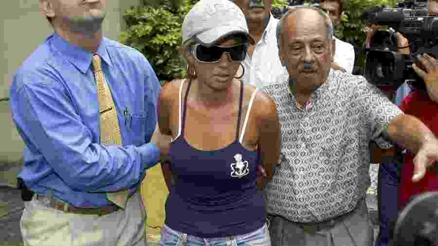 Adriana Ferreira de Almeida, viúva de Renné Sena, ganhador da Mega-Sena em 2005, é presa, no bairro Camboinhas, em Niterói, RJ. Ela é acusada de mandar matar o marido - REUTERS/Fernando Quevedo-Agencia O Globo