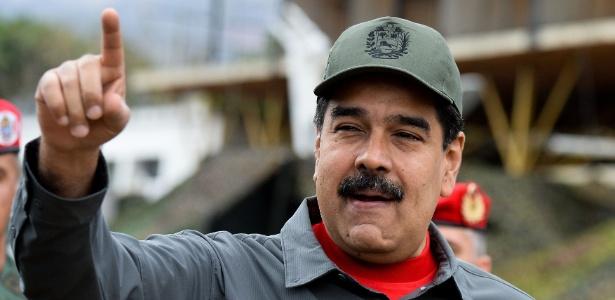 O presidente Nicolás Maduro faz acenos durante exercício militar na Venezuela