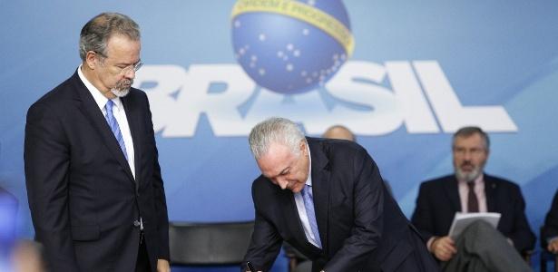 Observado pelo ministro Raul Jungmann, o presidente Michel Temer sancionou o Susp