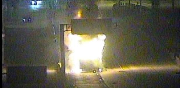 Incêndio atinge veículo na pista central da avenida Brasil, na altura de Bonsucesso - Centro de Operações do Rio/Divulgação
