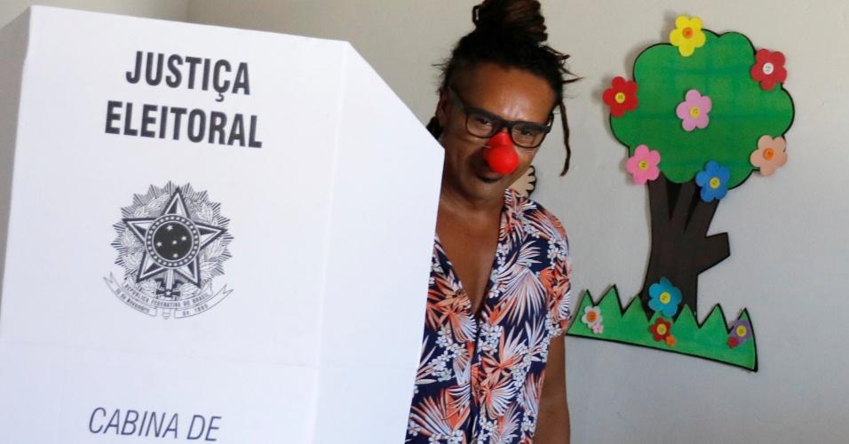Eleitor usa nariz de palhaço para votar em Fortaleza