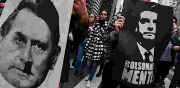 Manifestantes seguram cartazes contra Bolsonaro em protesto de mulheres contra a candidatura do capitão da reserva - NELSON ALMEIDA/AFP