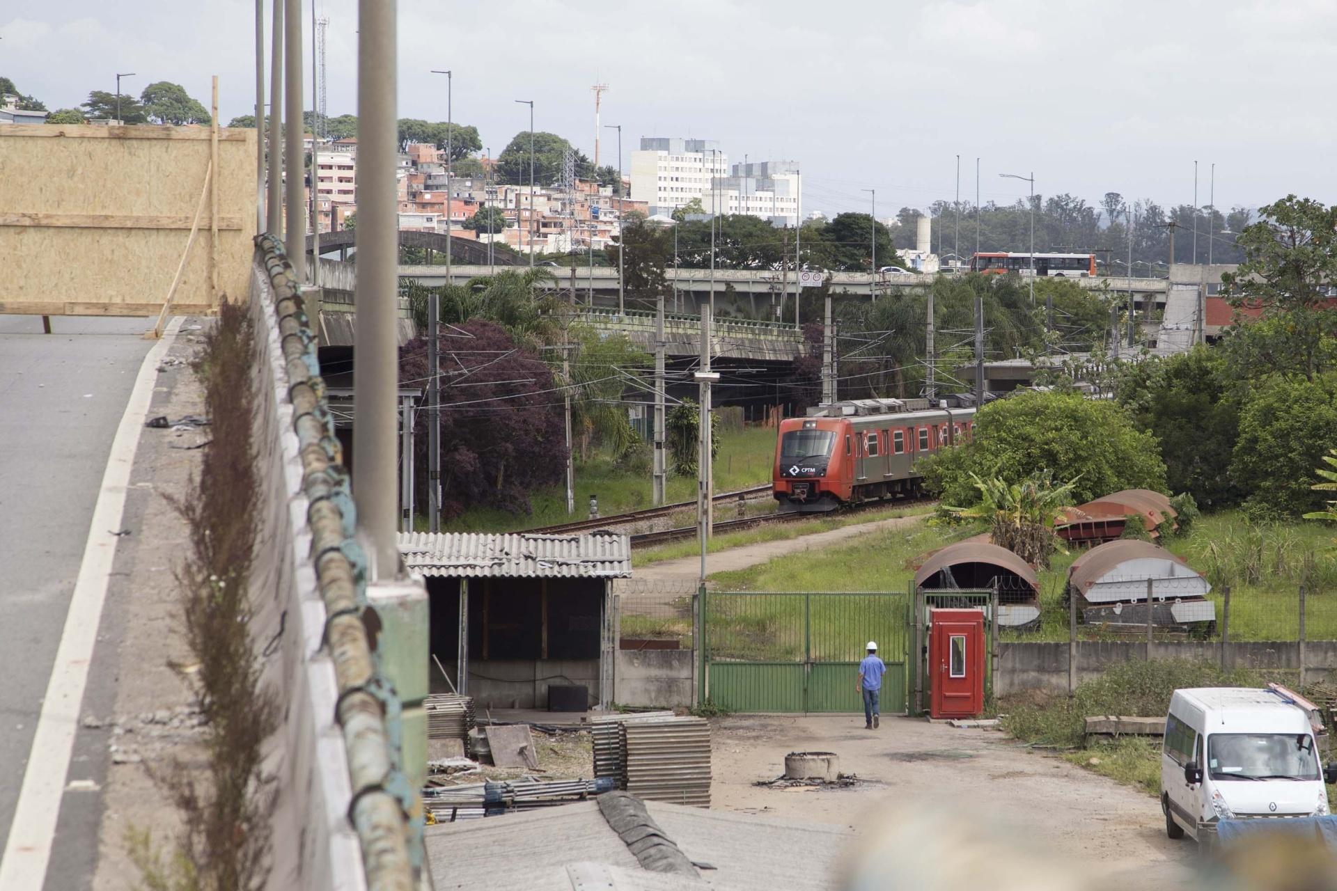 2a53e2978c39a Prefeitura de SP diz que viaduto estabilizou  e CPTM volta a funcionar -  Notícias - BOL