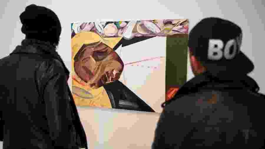 """""""Open Casket"""", de Dana Schutz, vista aqui como foi exposta na Bienal Whitney 2017, gerou protestos e críticas, com os detratores alegando que é errado uma artista branca se aproveitar do sofrimento dos negros. - Benjamin Norman/NYT"""