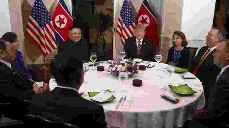 27.fev.2019 - O presidente dos EUA, Donald Trump, e o líder norte-coreano Kim Jong-un sentam-se para um jantar durante a segunda cúpula EUA-Coréia do Norte em Hanói, Vietnã. Também estão na foto o secretário de Estado dos EUA, Mike Pompeo. O chefe do Estado-Maior da Casa Branca, Mick Mulvaney, à esquerda, é vice-presidente do Comitê Central do Partido dos Trabalhadores Norte-Coreano, Kim Yong Chol, e do ministro das Relações Exteriores da Coréia do Norte, Ri Yong Ho - Leah Millis/Reuters - Leah Millis/Reuters