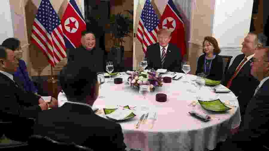 27.fev.2019 - O presidente dos EUA, Donald Trump, e o líder norte-coreano Kim Jong-un sentam-se para um jantar durante a segunda cúpula EUA-Coréia do Norte em Hanói, Vietnã - Leah Millis/Reuters