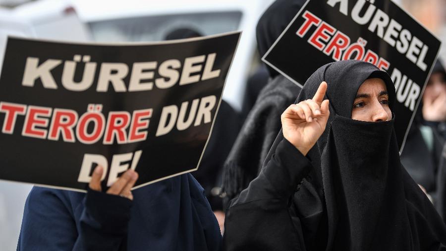15.mar.2019 - Protestos em Istambul, na Turquia, pelo ataque a mesquitas na Nova Zelândia - Ozan Kose/AFP