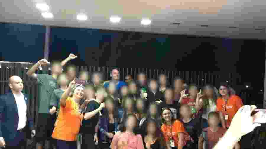 """Em maio, dois alunos do Colégio Bandeirantes fizeram o L (de """"Lula"""") com as mãos, próximo a Bolsonaro - Daniel Carvalho/Folhapress"""