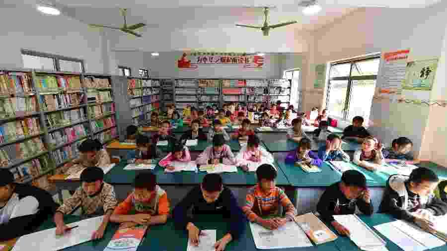 Alunos em sala de aula do condado autônomo Yao de Dahua, na China, em novembro de 2019 - Xinhua/Huang Xiaobang