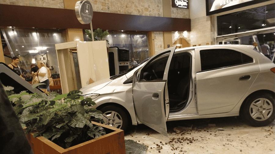 Carro invade Shopping Center Norte, em São Paulo, após motorista passar mal - Andrea Ronchi/Divulgação