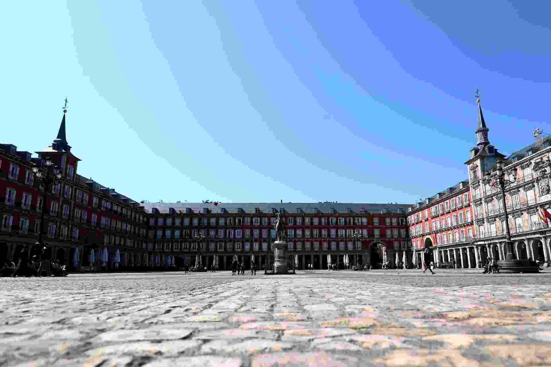 Praça Maior, um dos pontos turísticos mais movimentados de Madri, ficou vazia - Sergio Perez/Reuters