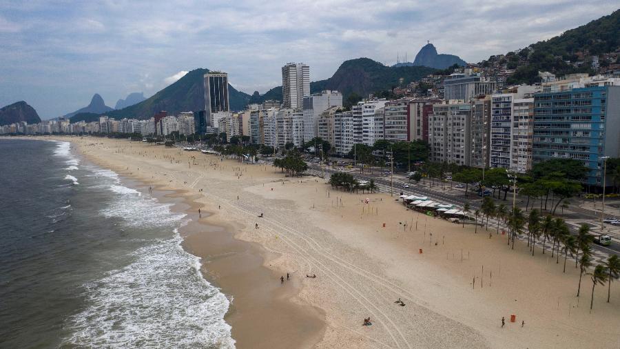 20.03.2020 - Vista aérea da praia de Copacabana, no Rio de Janeiro, esvaziada em função do temor de coronavírus - Mauro Pimentel/AFP