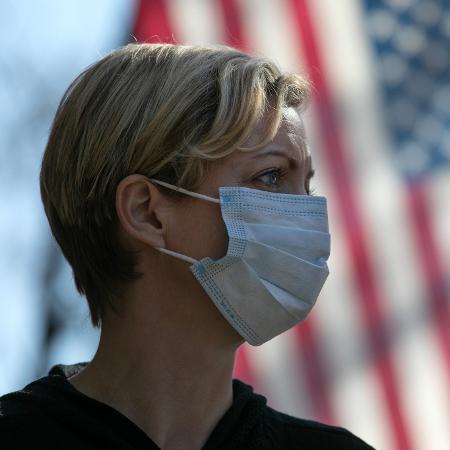 Mulher usa máscara contra coronavírus nos Estados Unidos (EUA) - John Moore/Getty Images