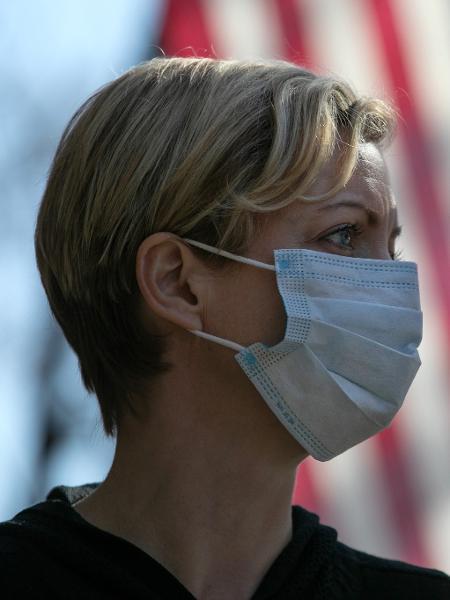 Mulher usa máscara contra coronavírus nos Estados Unidos (EUA), em 2020 - John Moore/Getty Images