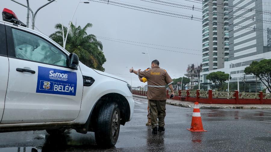 Funcionários da Prefeitura de Belém bloqueiam vias para restringir circulação durante lockdown por causa da covid-19; Pará, com 12, é o estado com mais cidades em lockdown - Divulgação/Prefeitura de Belém
