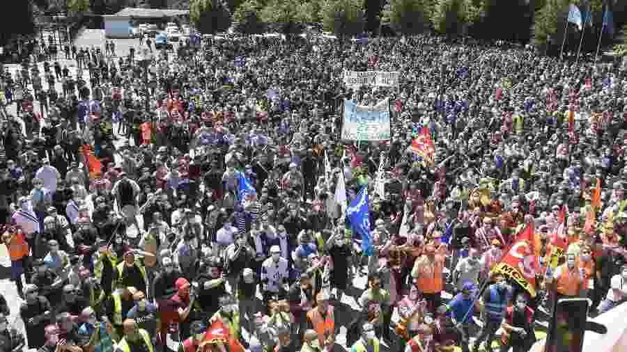 Manifestantes protestam em Maubeuge, na França, contra plano de demissões da Renault - Francois Lo Presti - 30.mai.2020/AFP