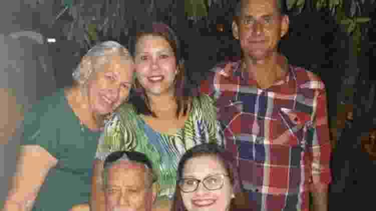 Lígia sentada e abraçada do pai: ela era muito ligada ao idoso. Em pé estão a mãe dela, Dalylla e um irmão da técnica de enfermagem - Acervo pessoal - Acervo pessoal