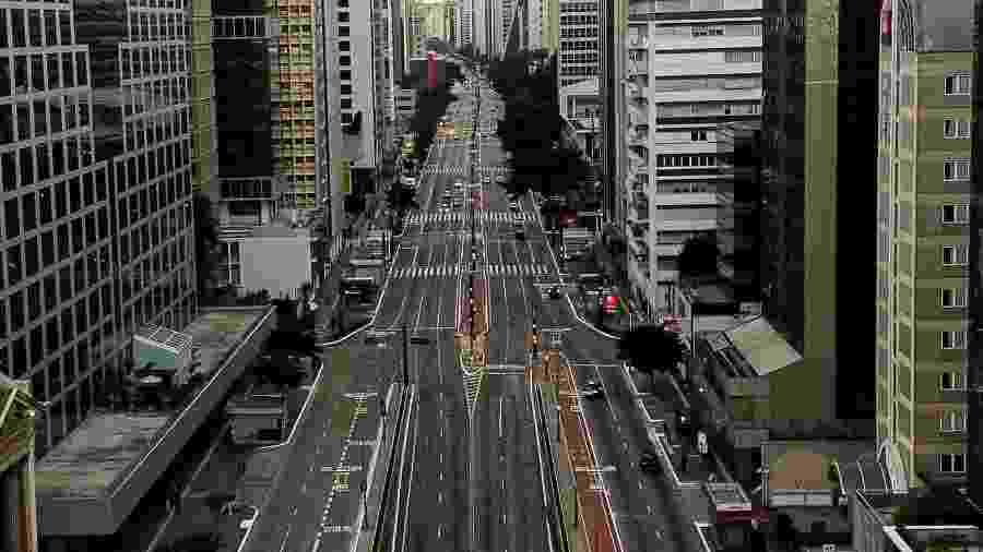 03.abr.2020 - Vista aérea da Avenida Paulista, em São Paulo, vazia durante quarentena na pandemia do coronavírus - Getty Images