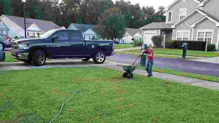 Greyson Winfield, de 8 anos, corta o gramado de uma casa nos Estados Unidos como trabalho voluntário - Reprodução/Facebook