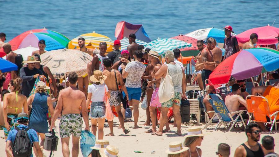 Em meio à pandemia, praia de Ipanema ficou lotada no último dia do ano - BRUNO MARTINS/ESTADÃO CONTEÚDO