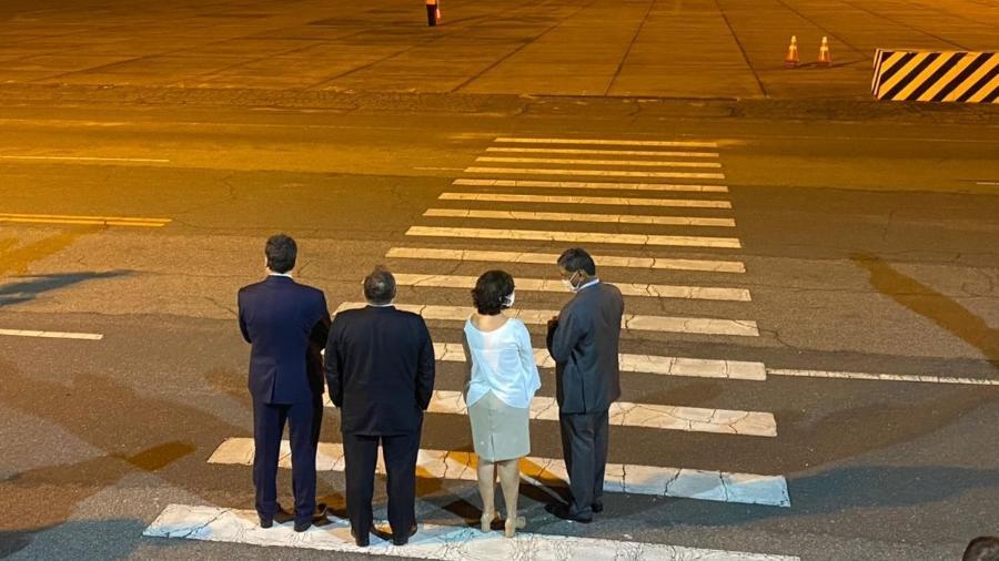 O ministro da Saúde, general Eduardo Pazuello, e outras rutoridades aguardam chegada das vacinas no Rio de Janeiro, na noite de ontem - Tatiana Campbell/Colaboração para o UOL, no Rio de Janeiro