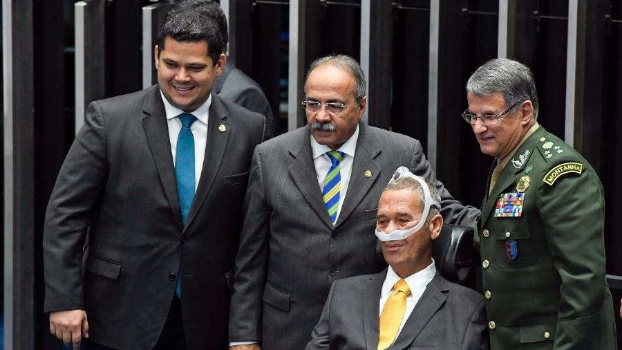 O senador Davi Alcolumbre (DEM-AP), o senador Chico Rodrigues (DEM-RR), o general da reserva Eduardo Villas Bôas e o comandante do Exército Edson Leal Pujol - Divulgação/Twitter de Chico Rodrigues