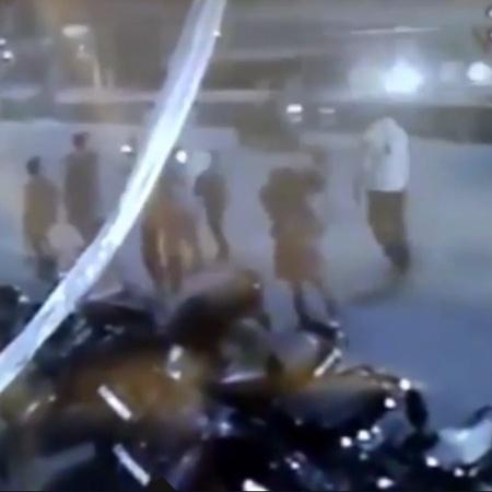 Homem aparece carregando esposa morta nos ombros até cremação na Índia - Reprodução
