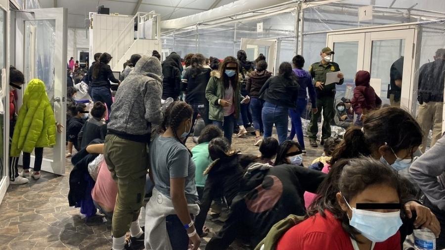 O número de menores desacompanhados na fronteira aumentou drasticamente nos últimos meses - Reuters