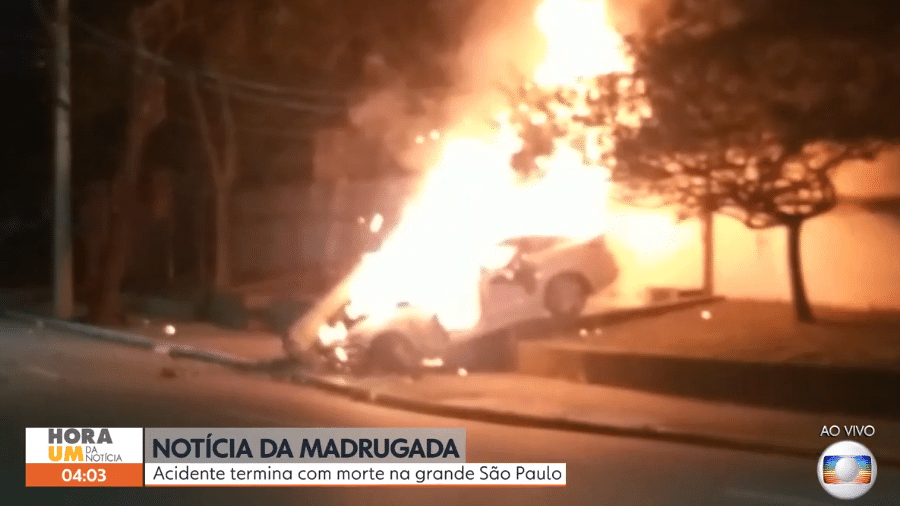 21.jun.2021 - Carro pega fogo após motorista perder o controle e bater contra um poste em São Caetano do Sul, na Grande São Paulo - Reprodução/TV Globo