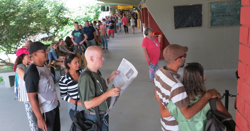 27.jul.2015 -  Passageiros fazem fila na estação da Carioca dos bondes de Santa Teresa, na tarde desta segunda-feira (27), primeiro dia de pré-operação do sistema