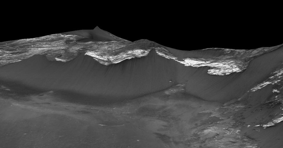 28.set.2015 - Imagens divulgadas pela Nasa mostram marcas estreitas e escuras nas encostas de Coprates Chasma, região equatorial de Marte. De acordo com os cientistas, as listras seriam formadas por água em estado líquido que descem pela encosta marciana. A água seria salgada, porque já foram descobertos sais hidratados nas estrias