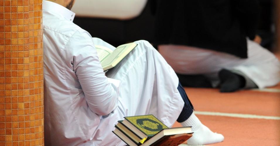 """21.nov.2015 - Muçulmano reza na mesquita Sunna em Brest, oeste da França, depois que a polícia realizou uma busca no local durante a noite. O órgão que representa os muçulmanos na França disse que iria pedir a todos as 2.500 mesquitas do país para """"condenar todas as formas de violência ou terrorismo"""" nas orações"""