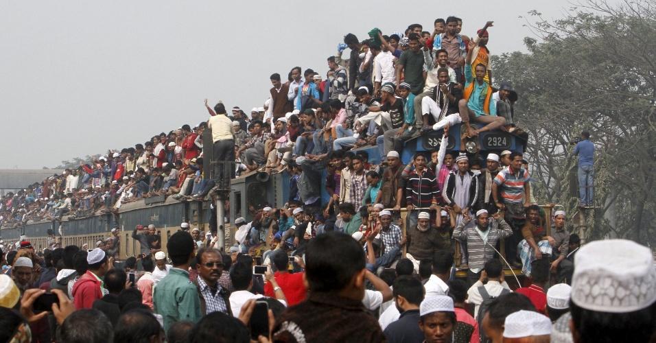 """10.jan.2016 - Trem superlotado deixa estação ferroviária após a oração final de """"Bishwa Ijtema"""", a congregação de muçulmanos do mundo, nas margens do rio Turag, em Tongi, perto da capital Daca, em Bangladesh"""