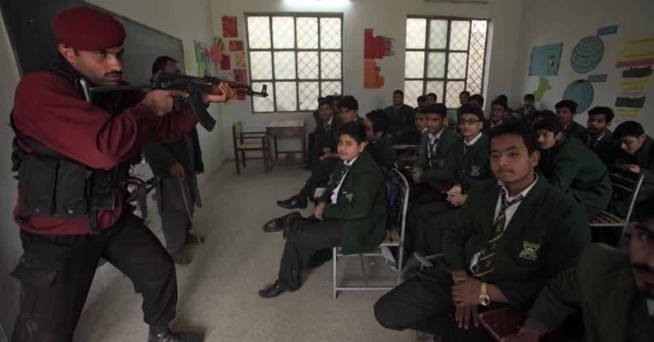 29.jan.2016 - Policiais realizam exercício contra ataques dentro de sala de aula da Elizabeth High School, em Peshawar, Paquistão. Em 2014, uma escola militar na mesma cidade foi alvo de um ataque do grupo terrorista Talebã, que matou 141 pessoas