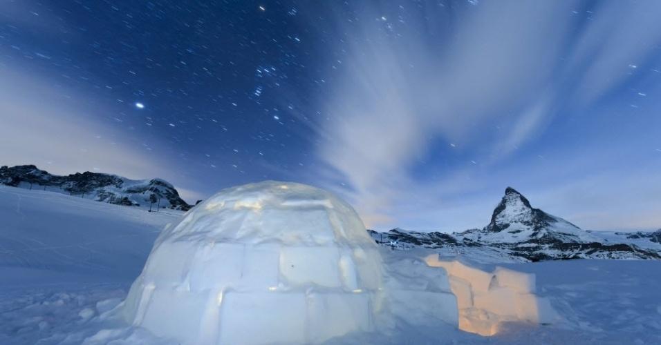 29.jan.2016 - Fotografia de longa exposição mostra um iglu sob o céu estrelado na aldeia de Iglu Dorf, em frente à montanha Matterhorn, em Zermatt, Suíça. Aos pés da montanha Matterhorn (ao fundo à direita), Iglu Dorf é uma vila construída para acomodar turistas que querem experimentar a sensação de viver rodeado de neve. As instalações incluem um bar, uma sala e uma beleza e bem-estar